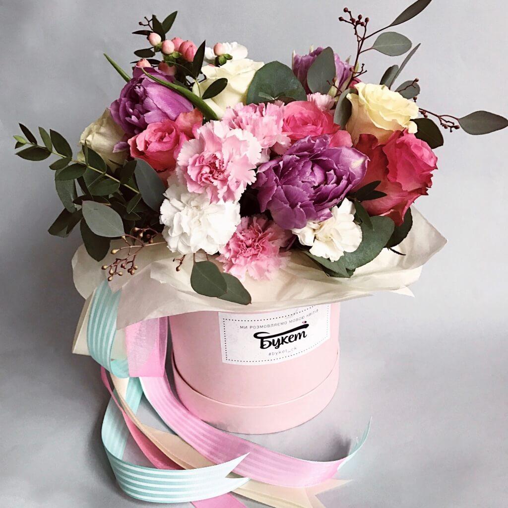 Композиция из цветов в коробке фото